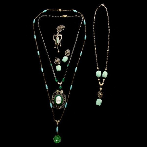 22: COLLECTION OF COSTUME JEWELRY