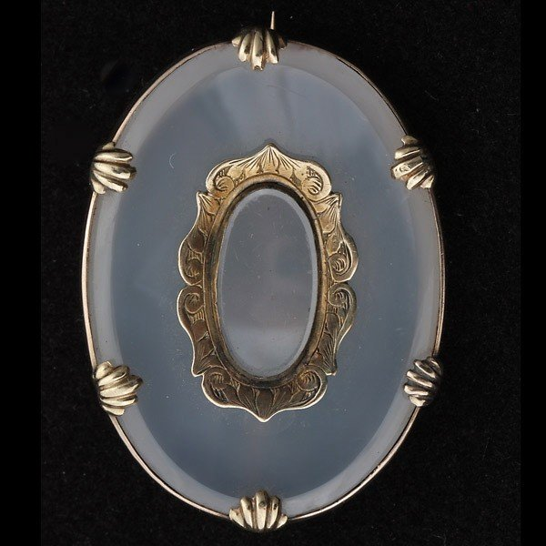 22: AGATE, 14K YELLOW GOLD BROOCH.