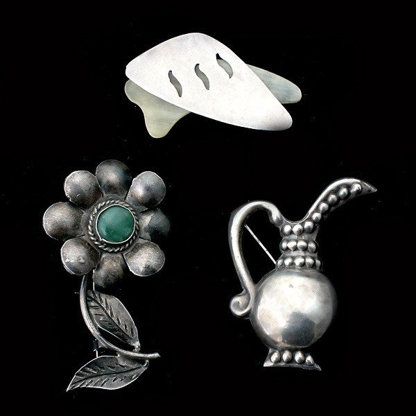 6: 3 MEXICAN JADE, HORN, S/S, SILVER BROOCHES.