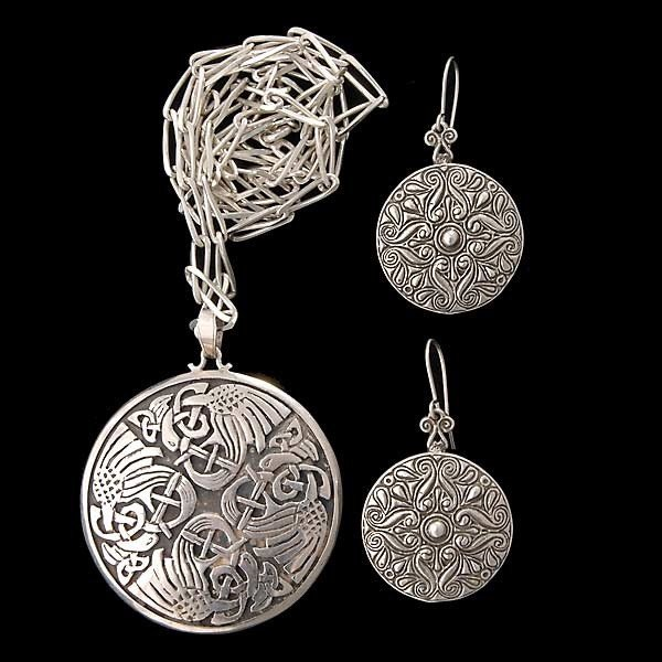 11: COLLECTION OF STERLING SILVER JEWELRY SUITE.