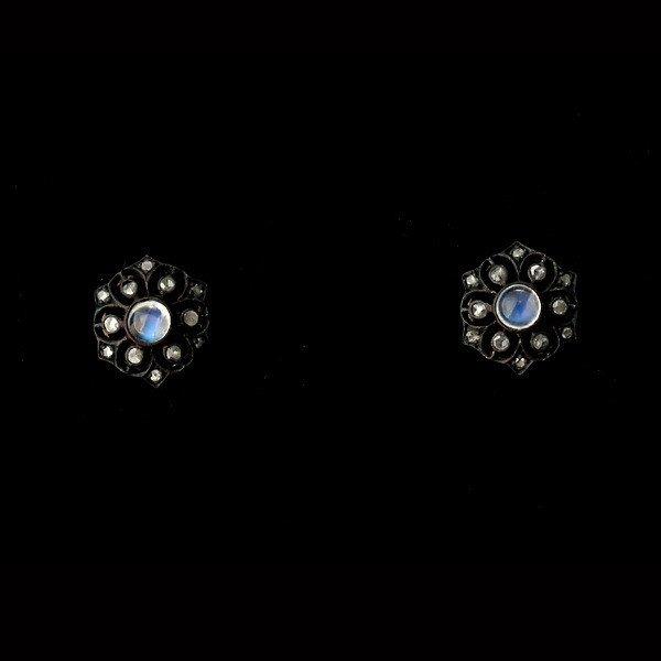 12: MOONSTONE, DIA., S. GILT, OXID., 9K Y/G EARRINGS.
