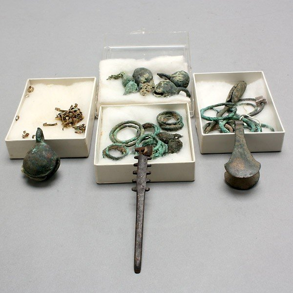 1002: collection of pre-columbian metal items