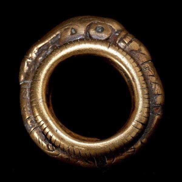 1014: batak ring with stylized singha, yellow metal.