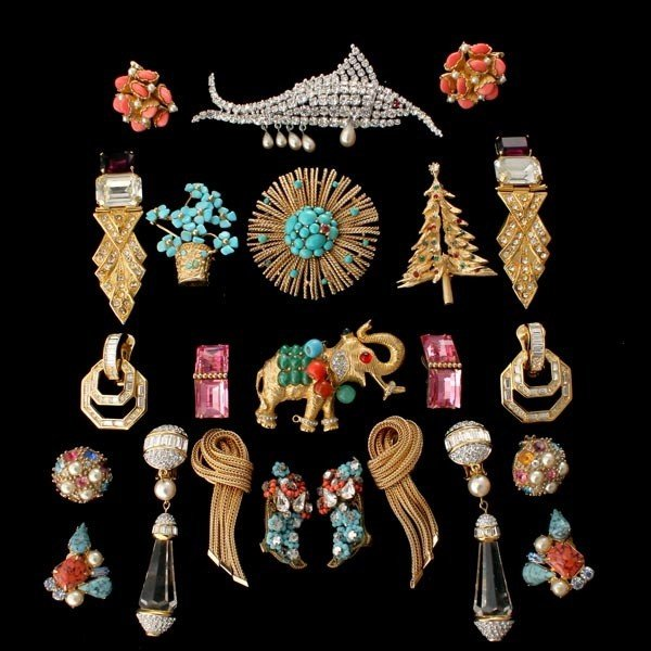 5: COLLECTION OF COSTUME JEWELRY.