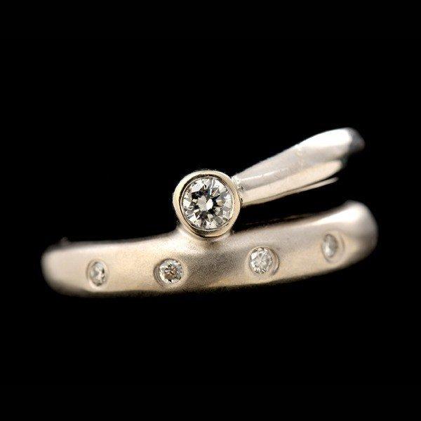 18: DIAMOND, 14K WHITE GOLD RING.