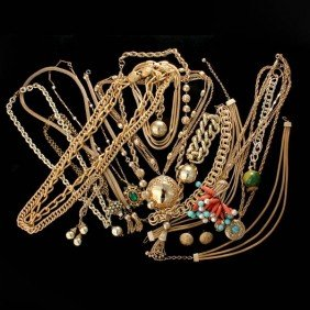 6: TWENTY GOLD TONE COSTUME JEWELRY ITEMS.