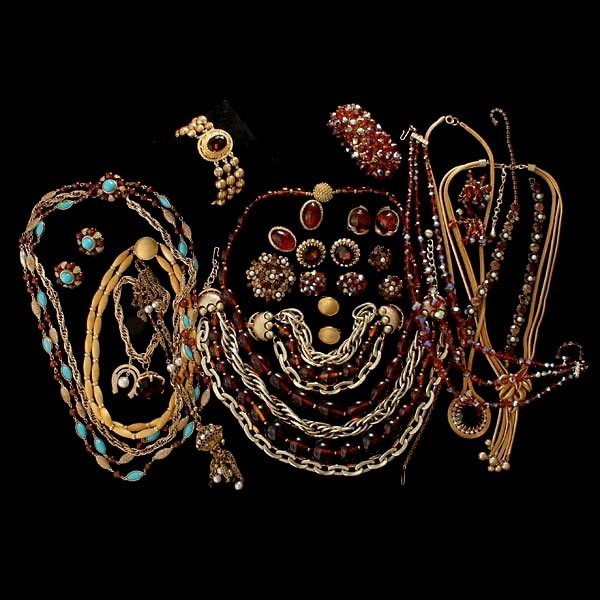 7: 23 AMBER AND GOLDTONE COSTUME JEWELRY ITEMS.