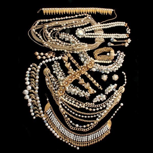 8: COLLECTION OF SIXTEEN PEARL COSTUME JEWELRY ITEMS.