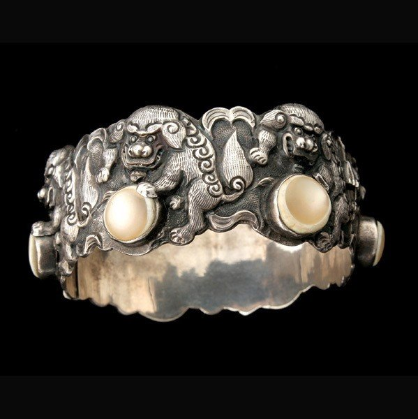 9: MOTHER-OF-PEARL FOO DOG BANGLE BRACELET.