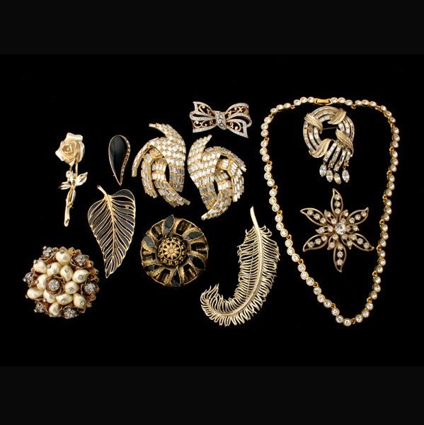 5: COLLECTION OF 11 GOLD TONE COSTUME JEWELRY ITEMS.