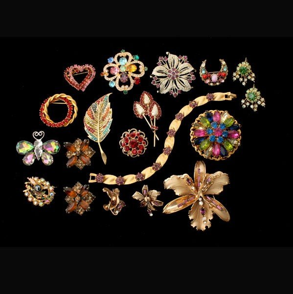 6: COLLECTION OF 16 NOVELTY COSTUME JEWELRY ITEMS.