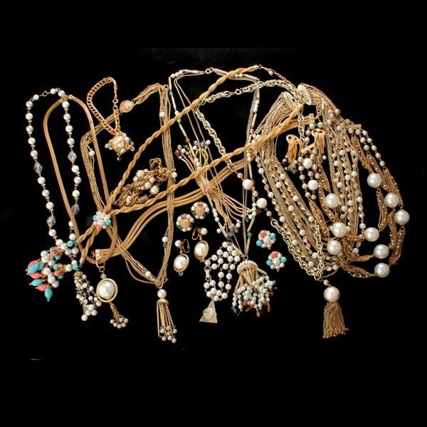 7: COLLECTION OF SIXTEEN PEARL COSTUME JEWELRY ITEMS.
