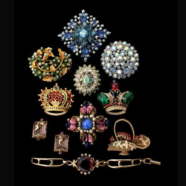 9: COLLECTION OF TEN NOVELTY COSTUME JEWELRY ITEMS.