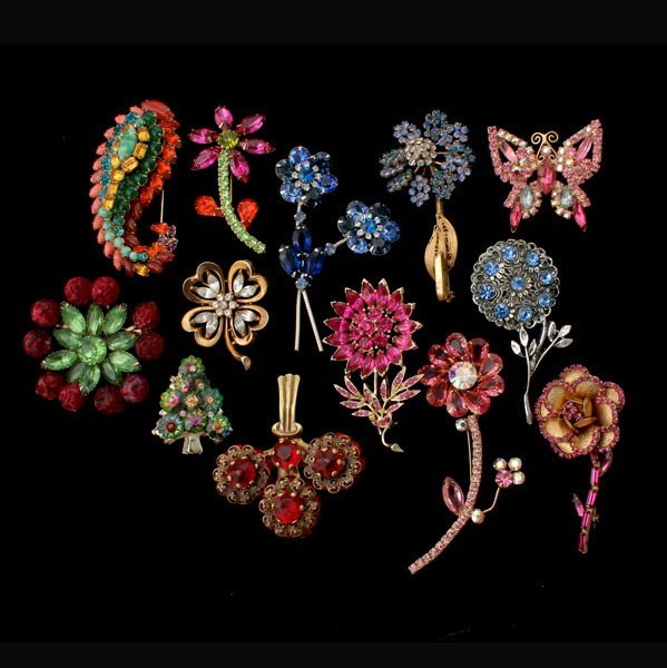10: 13 FLORAL & NOVELTY MOTIF COSTUME JEWELRY BROOCHES.