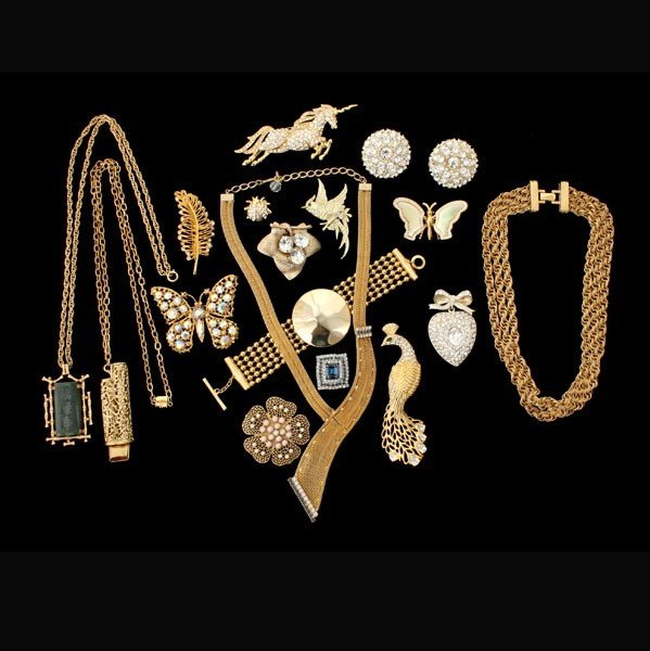12: COLLECTION OF SEVENTEEN COSTUME JEWELRY ITEMS.