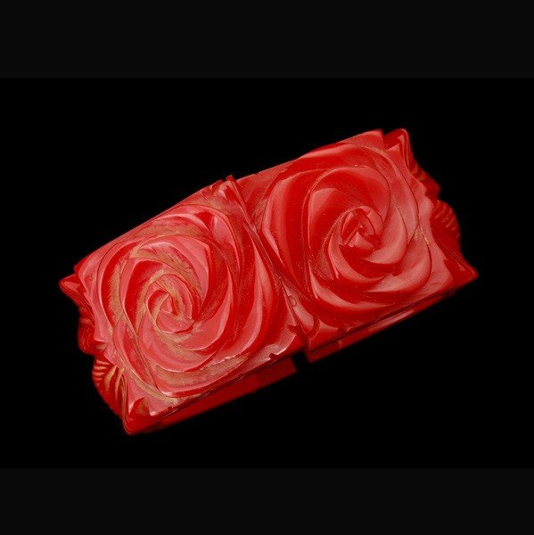 24: RED CARVED BAKELITE HINGED BANGLE BRACELET.