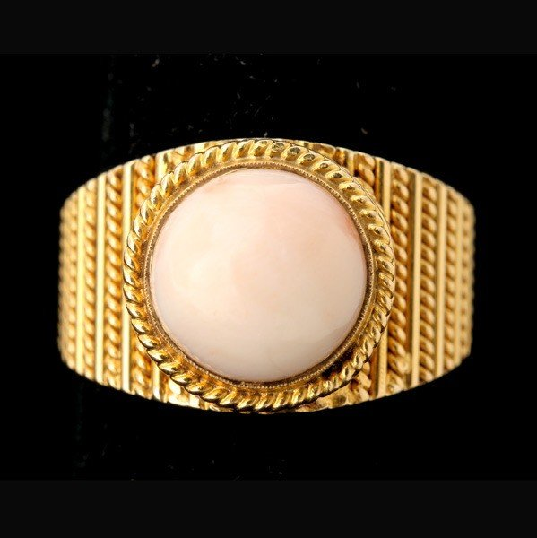 66: CORAL, 18K YELLOW GOLD RING.