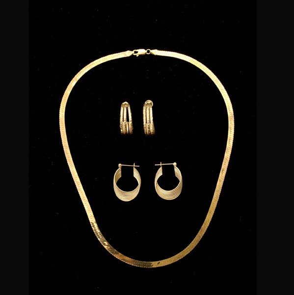 70: COLLECTION OF THREE 14K YELLOW GOLD JEWELRY ITEMS.