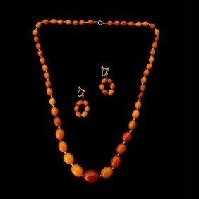 9: COLLECTION OF AMBER JEWELRY.