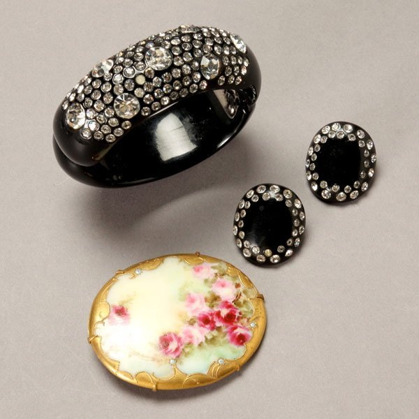 1038: Assortment of Vintage Costume Jewelry