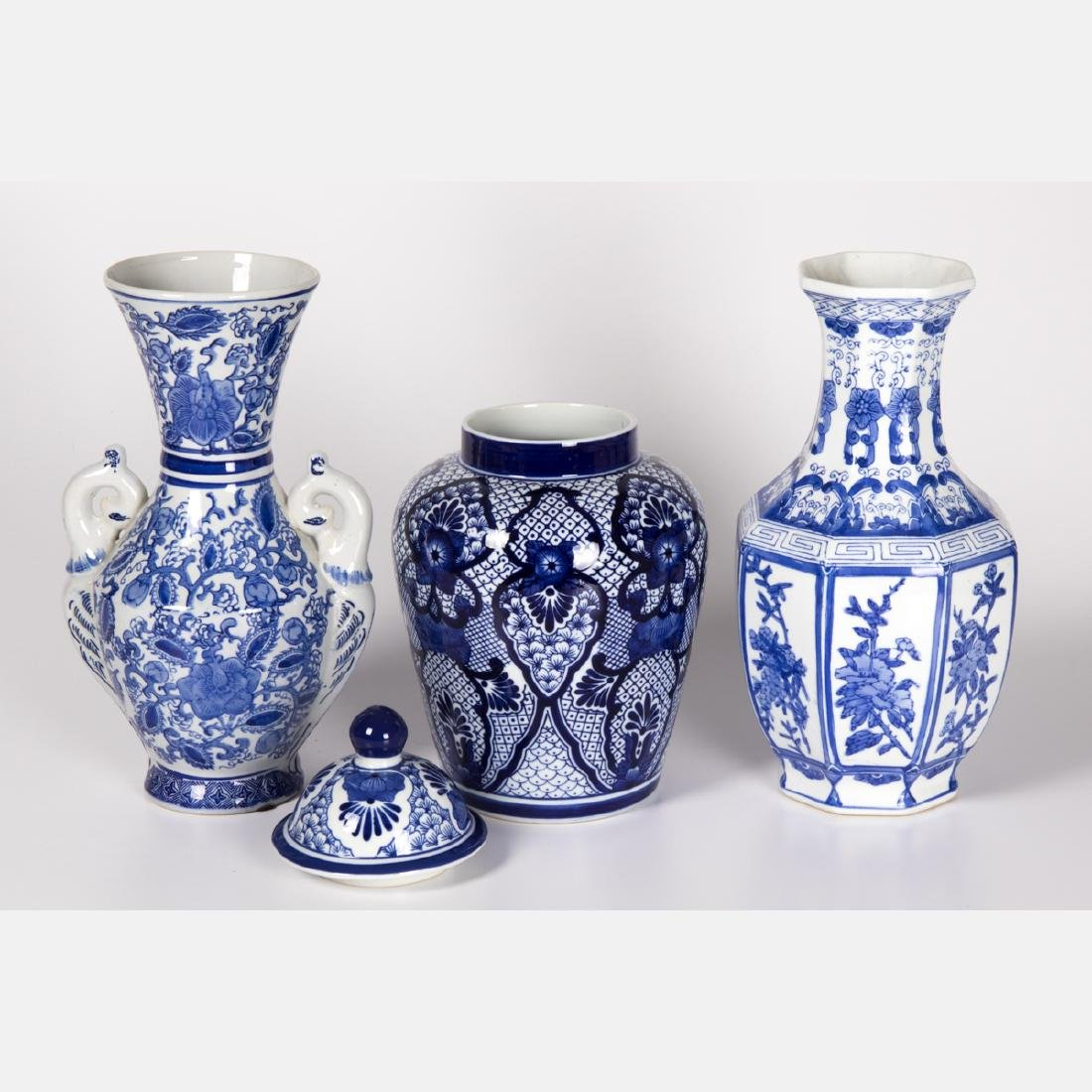 A Group of Three Chinese Blue and White Porcelain - 2