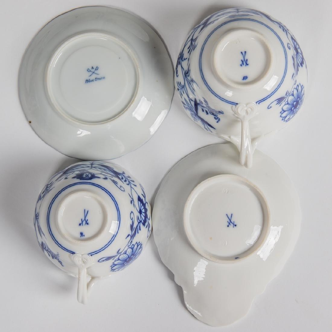 A Meissen Porcelain Dinner Service in the Blue Onion - 10