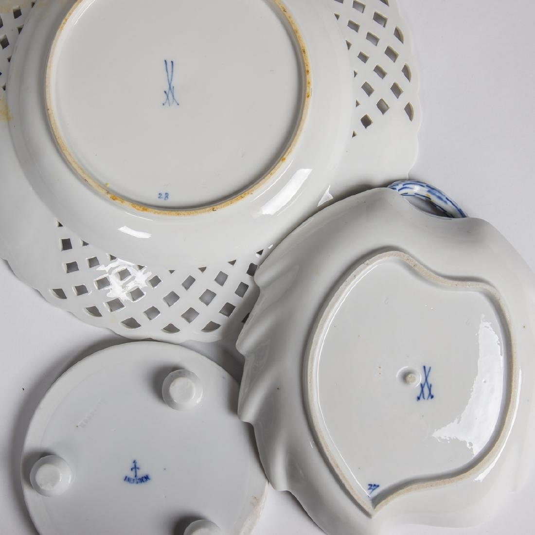 A Meissen Porcelain Dinner Service in the Blue Onion - 2