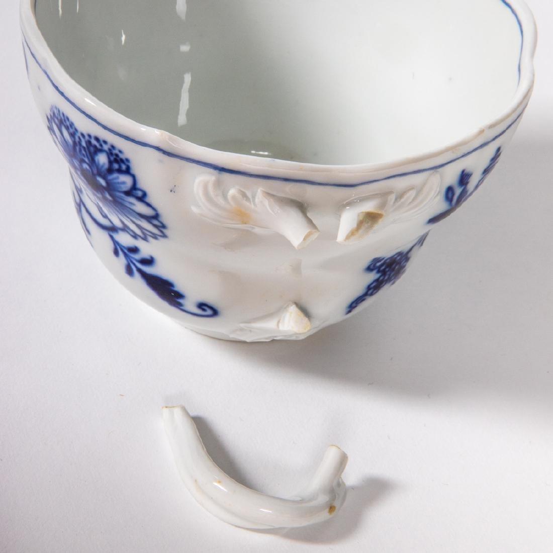 A Meissen Porcelain Dinner Service in the Blue Onion - 7