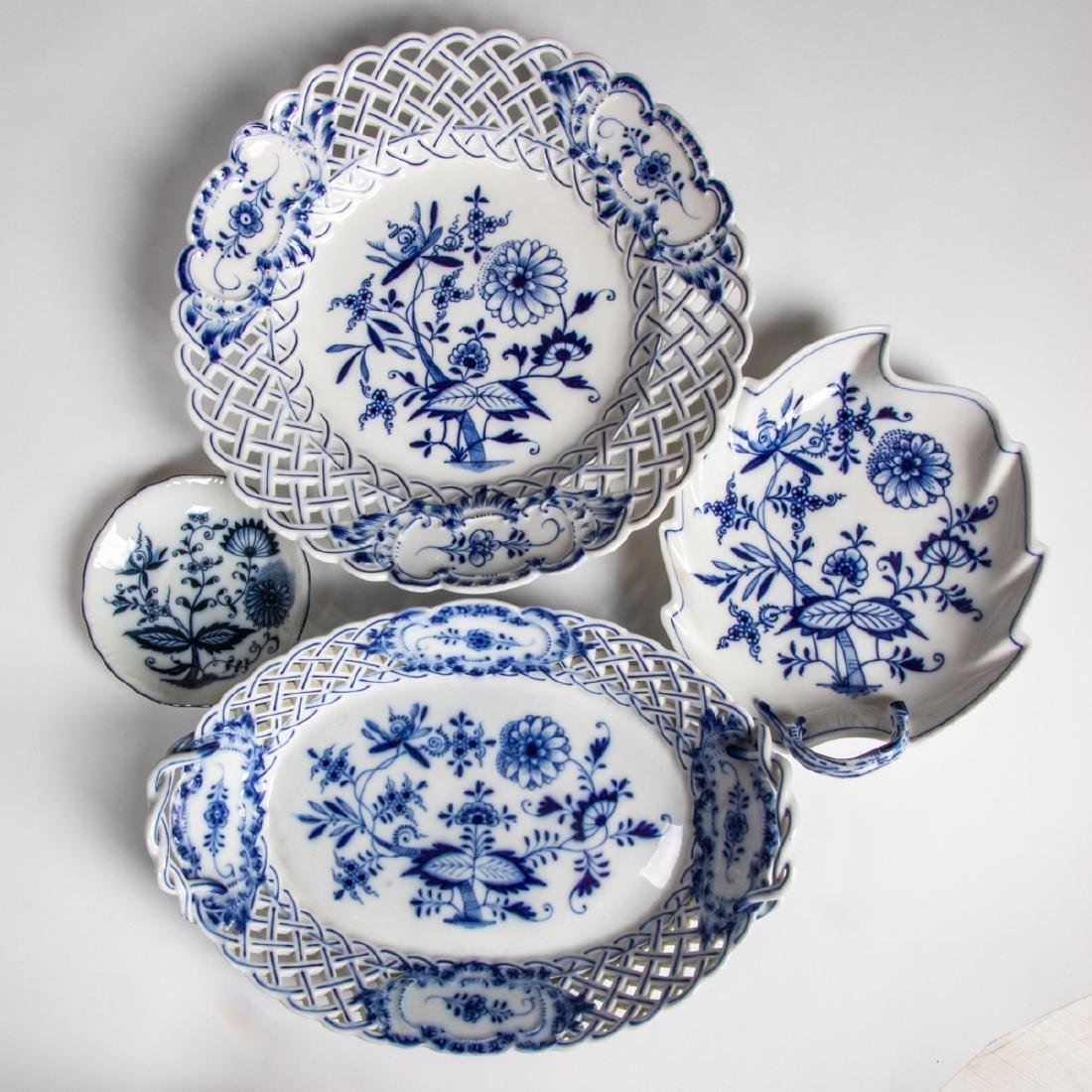 A Meissen Porcelain Dinner Service in the Blue Onion - 9