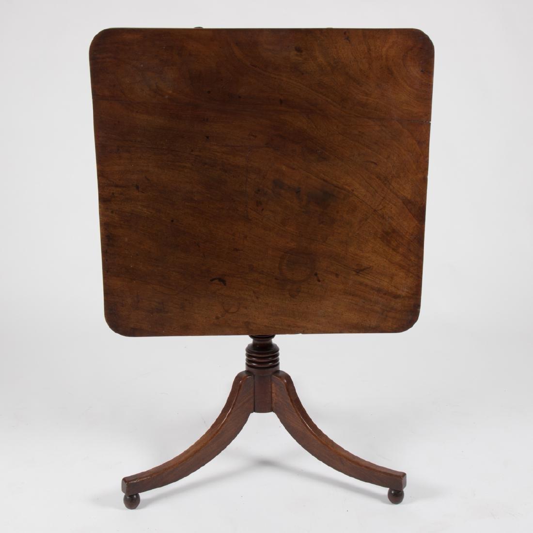 An American Federal Mahogany Tilt Top Table, ca. 1800, - 2
