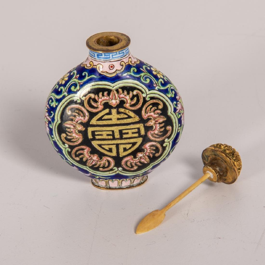 A Chinese Porcelain Enamel Snuff Bottle with Qianlong - 2