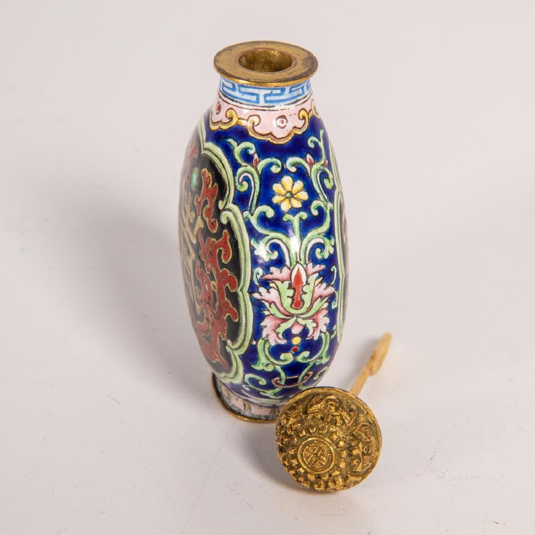 A Chinese Porcelain Enamel Snuff Bottle with Qianlong - 3
