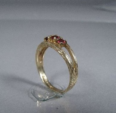 10: A 10 kt Yellow Gold and Garnet Ring,