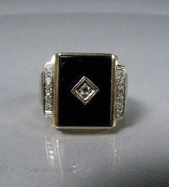 17: A 10 kt Yellow Gold, Onyx Ring,