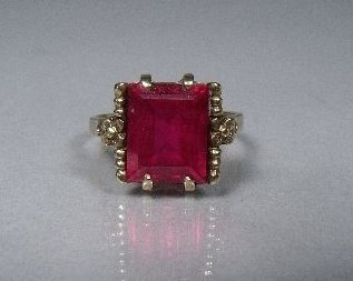 19: A 10 kt Yellow Gold Synthetic Ruby Ring,