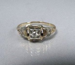 21: A 14 kt Yellow and White Gold Diamond Ring,