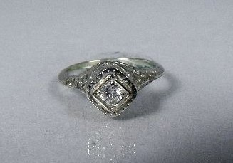 22: An 18 kt White Gold, Diamond Ring,