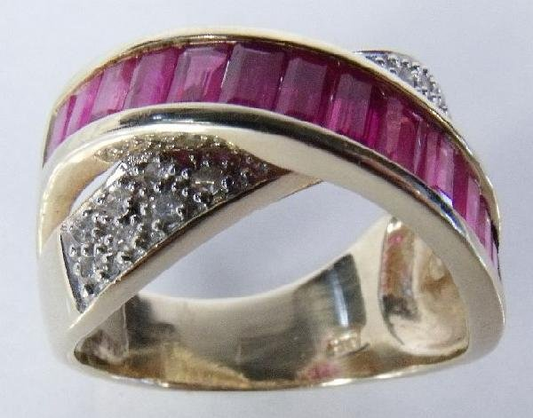 10: A 14 kt Yellow Gold and Diamond Ruby Overpass Ring,