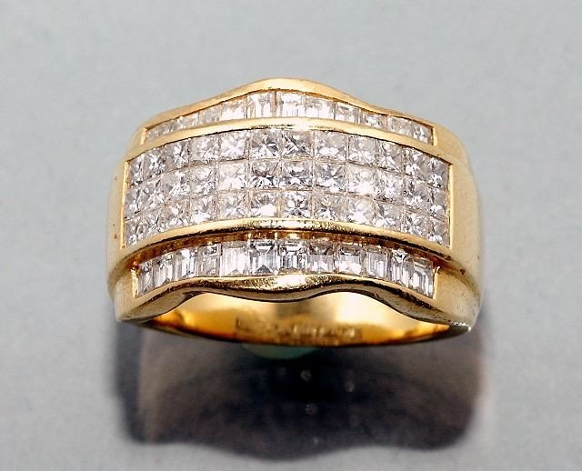5: A Ladies 18 kt Yellow Gold and Diamond Ring,
