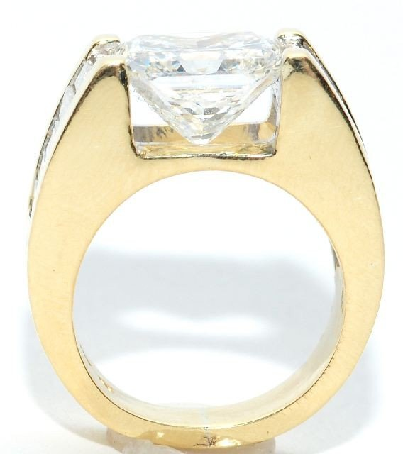 9: An 18 kt Yellow Gold and 5.18 ct. Diamond Ring,