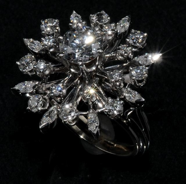 11: A 14 kt Wht.Gold & Diamond Snow Flake Cocktail Ring