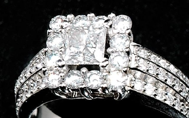 12: A 14 kt White Gold and Diamond Ring,