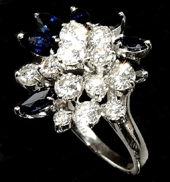 18: A Ladies 18 kt White Gold, Diamond and Sapphire Coc