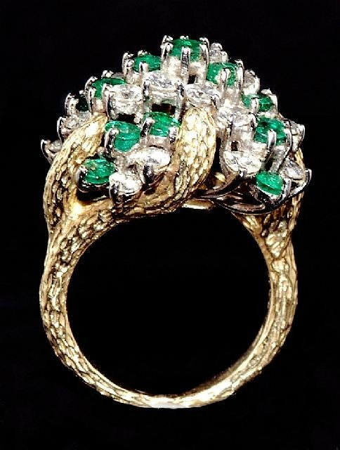 15: A Ladies 18 kt Two Tone Gold, Diamond and Emerald,