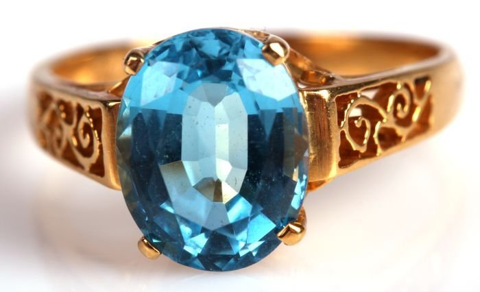 An 18kt. Yellow Gold and Blue Spinel Ring,