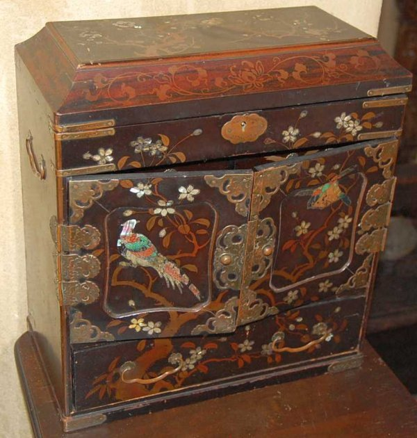 19: JAPANESE LACQUERED JEWELL CABINET