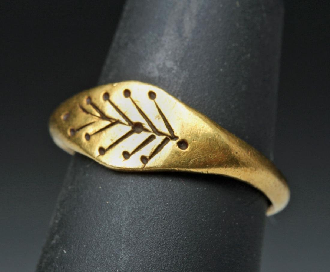 Roman Woman's 22K Gold Ring w/ Leaves - 2.7 g