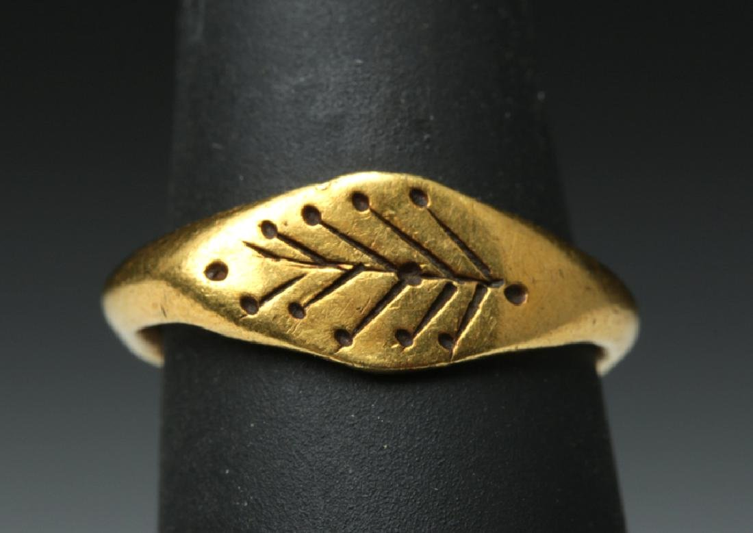 Roman Woman's 22K Gold Ring w/ Leaves - 2.7 g - 2