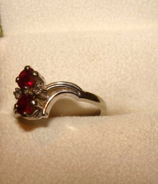18kt White Gold Ring with Garnet Stones