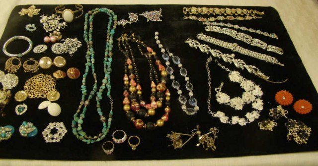 17: Vintage Mixed Jewelry Lot